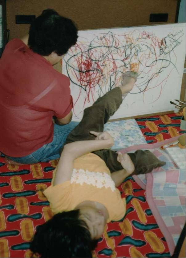 写真:山田真己さんの作画の様子